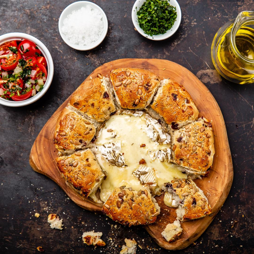 Camembert im Brot-Laib