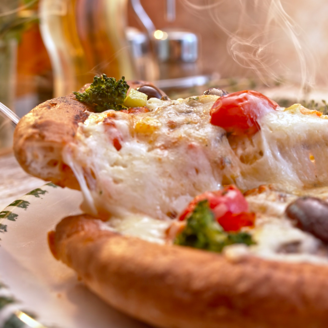 Vegetarische Super-Pizza in frühlingshaften Farben