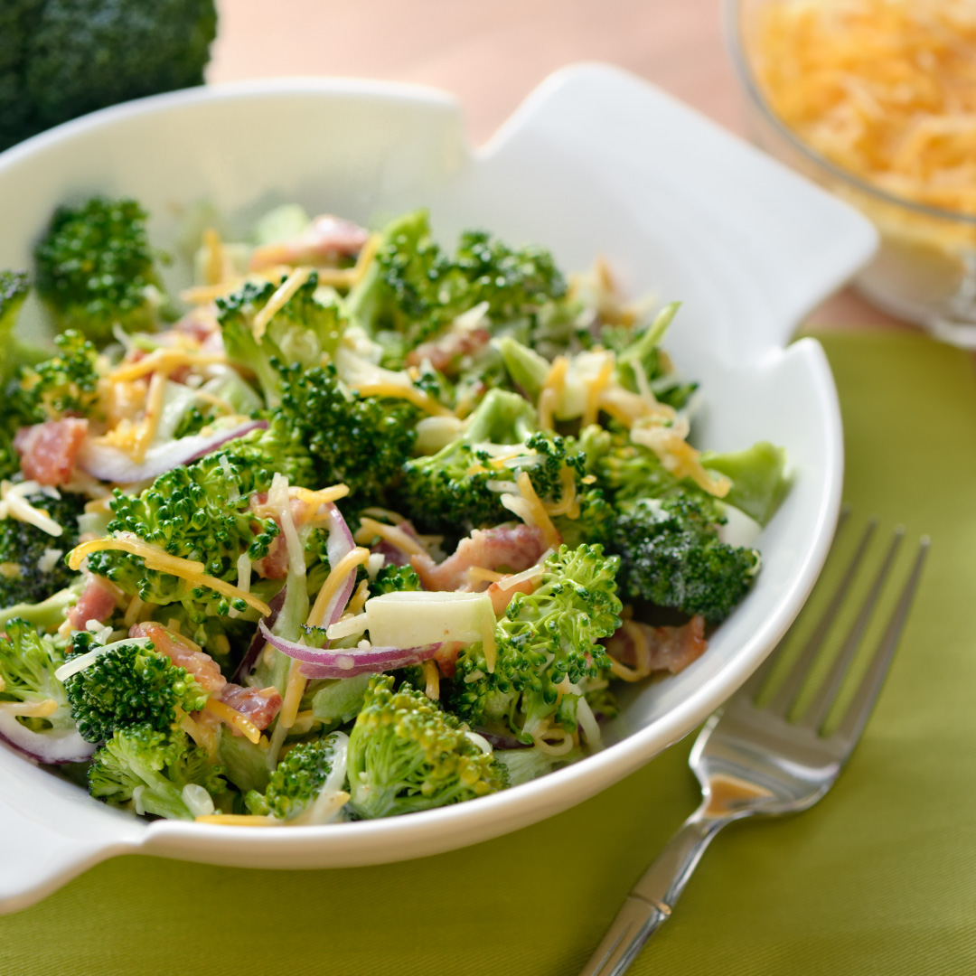 Sommerlicher Brokkoli-Salat mit Käsedressing