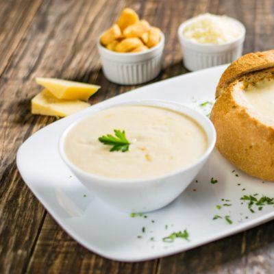 Käsecreme-Suppe mit frischem Brot