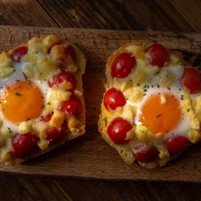 Käseschnitten mit Tomaten und Ei