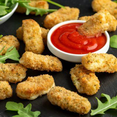 Gouda-Sticks an Rucola-Salat mit Tomaten-Dip